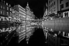 Aarhus - Darkside (Pana53) Tags: photographedbypana53 pana53 dänemark danmark exkursion aarhus vejle stadt museum outdoor architektur künstler nikon nikond810 dunkelheit kanal city häuser personen lichter spiegelungen