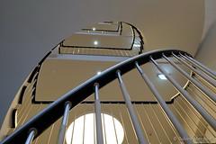 Vollmond im Treppenhaus (Sockenhummel) Tags: treppe treppenhaus staircase stairwell escaliers architektur achitecture stairs stufen steps geländer lampe stangen aufwärts stair kurve fuji xt10