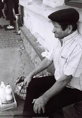 Селянин, який продає молоко / A peasant who sells milk (Ігор Кириловський) Tags: bw kirilovskiigor kyrylovskyyigor chernivtsi tschernowitz ukraine viewfinder agfaoptima1035sensor agfa solitars40mmf28 film fomapan200creative rodenstock yellowmedium8 fotofond kyiv tsentralbazaar peasant milk