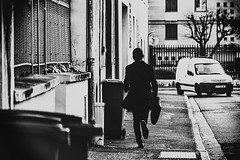 L'homme qui courait. (LACPIXEL) Tags: homme man hombre courir running run correr rue street calle voiture coche car poubelle bin trashbin cubodebasura basura poissy france yvelines sony noiretblanc blancoynegro blackwhite flickr lacpixel photographederue streetphotographer