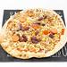 Noch nicht gebackene Tiefkühlpizza mit Bohnen, Tomaten und Mais aus schwarzer Pizzaplatte
