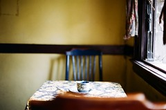 [film.] 離去 (喵_比比) Tags: film films filmcamera nikon nikonfm2 菲林 底片 agfa200 台南 tainan 窄門咖啡 咖啡 窄門咖啡館