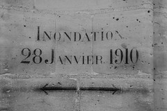 Crue de la Seine de 1910 (wpt1967) Tags: 10 1910greatfloodofparis 28011910 canon50mm canon6d conciergerieparis eos6d februar2019 france frankreich hochwasser hochwassermarke laconciergerieparís paris seinehochwasser1910 bw sw wall wpt1967
