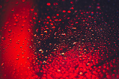 Floating on-one (ricdovalle) Tags: gotas chuva rain drops raindrops água water abstrato abstract sony alpha a6500 ilce6500 minolta rokkor vermelho red