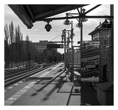 Warschauer on T_Max (rudeskull) Tags: bvg schwarzweis sw streetart schwarz analog berlin bw blanconegro bianconero blackandwhite city deutschland eastberlin eastgermany eisenbahn film germany hasselblad kodak lampe leuchte mittelformat noiretblanc ostberlin ost planer rollfilm120 tmax ubahn 6x6 zeiss subway