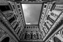 Roman Patio (Blende1.8) Tags: rom roma rome patio innenhof curtilage inneryard italy italia italien monochrome monochrom mono 12mm sigma1224mmhsmii 1224mm nikon d700 architecture architektur wide wideangle building sky himmel symmetry symmetrie carstenheyer