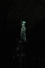 1838/75 Detmold Hermann mit Schwert unter seinen Füßen ein Adler und Rutenbündel mit Beil von Ernst von Bandel Grotenburg 50 in 32760 (Bergfels) Tags: skulpturenführer bergfels 183875 1838 1830er 19jh detmold hermannsdenkmal hermann armin arminius cherusker ernstvonbandel evonbandel evbandel vonbandel vbandel bandel kupfer stahl sandstein osningsandstein grotenburg 32760 standfigur strasedermonumente höhe 54mh 54mhoch masse gewicht skulptur plastik neogotik neoromanik kolossalstatue nationaldenkmal investition magnus beschriftet nachtbild