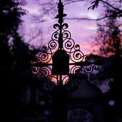 Die Umarmung des Lichts (MikeSolfrank) Tags: none straubing nacht night black düster friedhof cemetery ruhe death live tod leben kreuz kruzefix stpeter old alt stimmung art