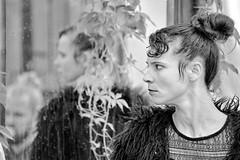 France - Avignon - Maud (regis.grosclaude) Tags: n'buzz bugn'buzz france avignon nb bw balckandwhithe noir blanc dance danse rue street miroir reflet poil cheveux