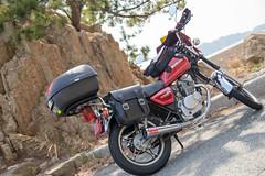 海岸沿いの岩とバイク (mayuri041) Tags: 大崎上島 gn125h motorcycle オートバイ