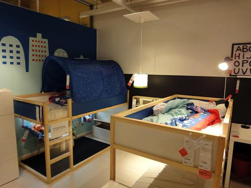 イケアのハイベッドを2つ置いた子供部屋と題した写真