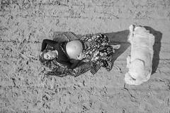 Fotos para Esther #23 (versión 2) (Héctor Rodríguez Maciá) Tags: sanjuan alicante españa spain playa mar costa arena mediterráneo embarazo embarazada bn byn blanco negro bw blackandwhite blackwhite perro