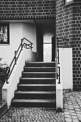 20190408-110 (sulamith.sallmann) Tags: architektur ausgang berlin brunnenviertel bw deutschland eingang europa exit gesundbrunnen mitte schwarzweis stufen sw treppe wedding wollinerstrase sulamithsallmann