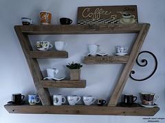 Extravagantes Tee/Kaffee-Regal für den Kaffeegenießer (ingrid eulenfan) Tags: küche regal kaffeetasse kaffeegenieser 2019 kaffeepause pausecafé coffebreak 365project kaffee espresso cappuccino cup coffeepot tasse coffee coffeetogo holz schild unikat