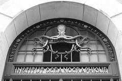 Maison des océans et de la biodiversité (just.Luc) Tags: octopus france frankrijk frankreich francia frança parijs parigi paris îledefrance bn nb zw monochroom monotone monochrome bw building gebouw gebäude bâtiment architectuur architecture architektur arquitectura europa europe letters lettres words mots woorden wörter