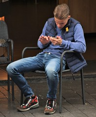 IMG_8986 (Skinny Guy Lover) Tags: outdoor people guy dude male man sitting sit seated jeans bluejeans smartphonezombie smartphone sneakers