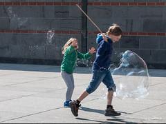 Riesen Seifenblase - giant soap bubble (wb.fotografie) Tags: seifenblase kinder streich platzenlassen zerstört spas soapbubble children prank burst destroyed fun