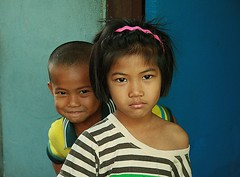 sister and rascally brother (the foreign photographer - ฝรั่งถ่) Tags: sister rascally rascal two children khlong thanon portraits bangkhen bangkok thailand canon