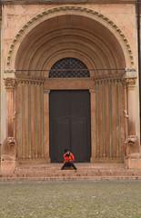 Solo / Alone (Vincenzo Elviretti) Tags: modena provincia emilia romagna italia regione duomo solitudine solitaria sostegno arco arcate architettura enzo ferrari bugatti