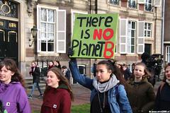 s6324_Errel2000_Klimaatmars (Errel 2000 Fotografie) Tags: errel2000 denhaag klimaatmars scholieren spijbelen co2 protestmars protest staking scholierenstaking malieveld spandoeken leuzen aarde earth rutte roblangerak