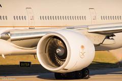 Saudi Arabian Airlines / Boeing 777-300ER / HZ-AK21 (schmidli123) Tags: saudiarabian saudiarabianairlines hzak21 boeing boeinglovers 777 ge90 generalelectric sunset