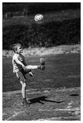 Kick it! ([.][of][view]) Tags: 6d 85mm canonef85mmf18usm ball black blackandwhite blanc canon6d noir noiretblanc people schwarz spielen weiss