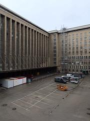 Flughafen-Tempelhof_e-m10_1013107405 (Torben*) Tags: rawtherapee olympusomdem10 olympusm12mmf20 berlin kreuzberg flughafentempelhof thf flughafen innenhof courtyard architecture architektur fassade facade parkplatz parkinglot