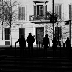 Street crossing Nîmes (lesphotosdepatrick) Tags: fujifilm fujixlovers x100f nîmes silhouettes contrejour backlight streetphotography blackandwhitephotography bw