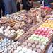 Buntes Sortiment mit Gebäck und Schokolade am Süßigkeitenstand in der größten Markthalle Barcelonas (Spanien)