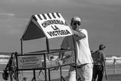 Vendedor de churros! (Wal Wsg) Tags: working work worker workers trabajador trabajando trabajo trabajadoresdelaplaya beachworkers vendedordechurros churros churrerialavictoria churroslavictoria hombre man men phwalwsg argentina provinciadebuenosaires mardeajo photography photo foto fotografia canont6i canonesorebelt6i canon byn bw blancoynegro blackandwhite dia day playa beach