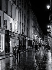 pressing (christiandumont) Tags: streetphotography streetphoto streetlife street blackandwhite blackwhite bw nb noiretblanc rue nuit paris ruedeparis x100f fujifilm