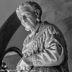 Caterina Campodonico: La signora delle nocciole (Gian Floridia) Tags: caterinacampodonico genova staglieno bienne cimitero funebre ritratto statua venditrice nocciole scultore orengo