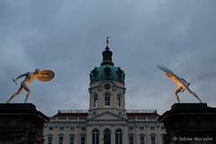 Schloß Charlottenburg (Sockenhummel) Tags: weihnachtsmarkt weihnachtsmarktschloscharlottenburg fuji xt10 schloscharlottenburg berlin castle gebäude skulptur abend