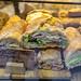 Rustikale Baguettes in einer Auslage in Barcelona (Spanien), belegt mit Salat, Wurst, Käse und Gemüse