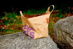 Una bolsa por el camino (T.I.G. Foto Digital) Tags: objetos bolsa parque camino nikon españa piedras hierba