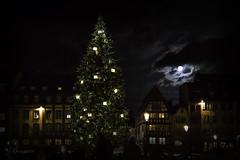 Une boule dans le ciel (boomer_phil) Tags: noël flickrelite beautifulexpression extérieur nikon d850 sapin lune nuit nocturne nuages