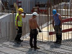 Construction worker. (robárt shake) Tags: construction worker baustelle gefährlich anstrengend working work arbeit schutzhelm warm heis sommer hitze unterbezahlt niedriglohnsektor bauarbeiter gespräch heat stahlbewährung bewährung stahlbetonbauer betonbauer beton fundament mühevoll