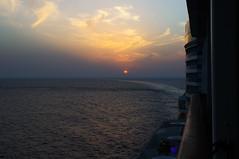 Vereinigte Arabische Emirate - Dubai City (Helmut44) Tags: vereinigtearabischeemirate vae dubaicity dubai arabischehalbinsel emirate naherosten sonnenuntergang sonne aida wasser meer himmel wolken sea ship sunset evening abendstimmung