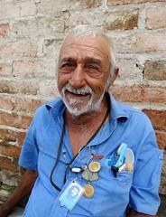 Streetportrait. (daaynos) Tags: streetportrait streetshot streetlife streetphoto man beard smile santaclara cuba cheguevara