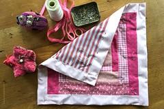 POPPENLAPPENDEKENTJE || DOLL'S QUILT (Anne-Miek Bibbe) Tags: poppenlappendekentje bibbetje patchwork blanket dollspatchworkblanket roze pink rosa rose speelgoed toy spielzeug giocattoli juguetes bringuedos jouets annemiekbibbe bibbe nederland 2018 appleiphone6splus