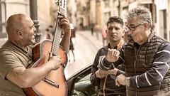 Singing in the streets of Sevilla (Ramireziblog) Tags: sevilla street art guitar music muziek dancing straat artiest canon 6d