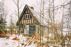 (A Great Capture) Tags: snow snowy lake seneca kingtownship kingcity fallingapart old home house thewizard oldhouse agreatcapture agc wwwagreatcapturecom adjm ash2276 ashleylduffus ald mobilejay jamesmitchell on ontario canada canadian photographer northamerica fall autumn automne herbst autunno otoño 2018 cold weather canon eos 6d mark ii digital dslr lens decay broken natural outdoor outdoors outside