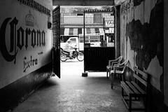 Corona Extra (Marcos Núñez Núñez) Tags: streetphotography blackandwhite blancoynegro bw canon canoneos80d streetphotographer sombrero calle motocicleta contraluz oaxaca mx méxico