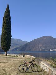 (Paolo Cozzarizza) Tags: italia lombardia brescia pisogne panorama acqua riflesso alberi erba muro bicicletta