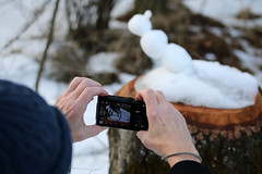 Click! (gripspix (Easter Break 4 Family)) Tags: 20190216 schwenningermoos swamp sumpflandschaft moor camera fotoapparat display schneeskulptur found gefunden snowsculpture