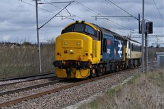 "37402 ""Stephen Middlemore 23.12.1954 - 8.6.2013"" - 0Z90 - Wilson's Farm Crossing  - 18-03-19 (techno-phobe) Tags: wilsonsfarmcrossing northamptonshire northampton westcoastmainline wcml train freighttrain freight locomotive directrailservices drs diesellocomotive class37 tractor growler 37402 stephenmiddlemore23121954862013 0z90"
