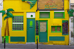 Coisas do Brasil (Edgard.V) Tags: paris parigi saintemarthe restaurant restaurante ristorante brésil brazil verde amarelo auriverde vert jaune green yellow giallo porte door porta fenêtre janela ventana window finestra