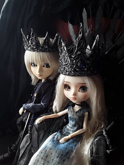 Viserys  y Daenerys (Lunalila1) Tags: doll groove pullip mio kit fc custo custom rakeru sensei daenerys trono de hierro throne iron handmade outfit clothes dress lunalilaclothes diy queen juegodetronos gameofthrones taeyang alberic viserys targarien got enokland