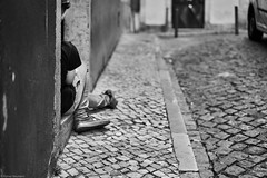 Lissabon Gente de Lisboa 70 bw (rainerneumann831) Tags: bw blackwhite street streetscene ©rainerneumann urban monochrome candid city streetphotography blackandwhite gentedelisboa lisboa lissabon mann