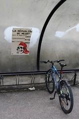 Le cycle de la Révolution ! (Tonton Gilles) Tags: bicyclette cycle vélocipède vélo affiche la république se meurt garage à bleu graphisme lignes détail urbain